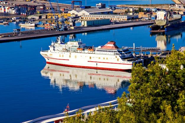 Корабль в гавани малаги, испания