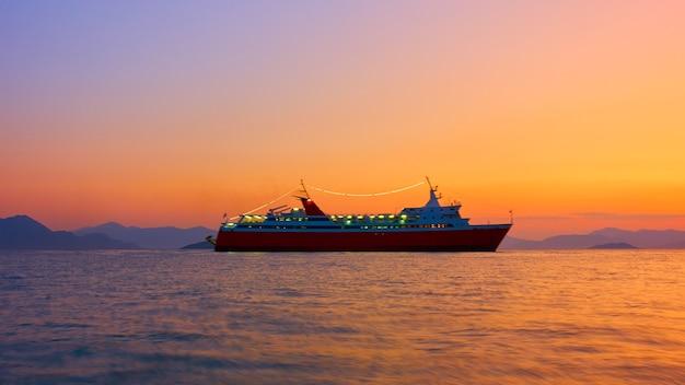 日没時の海での船-海景。長時間露光。船の動きが少しぼやけています!