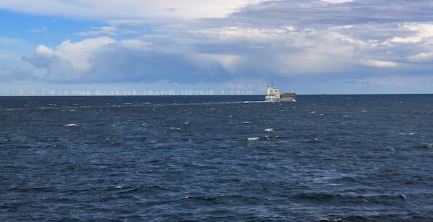 ホリゾントの風車と海で出荷