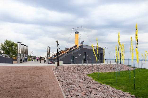 멀리서 볼 수 있는 군사 역사 공원의 배 레이아웃