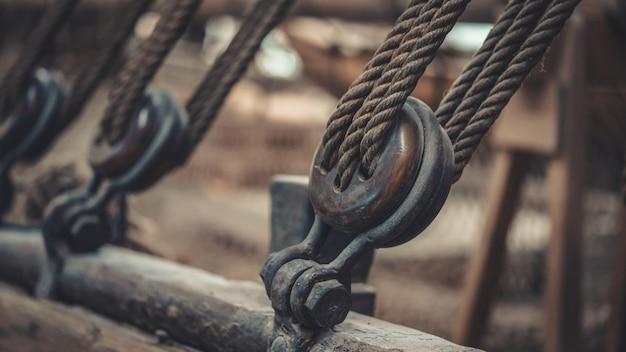 배 돛대 및 묶인 밧줄 호이스트