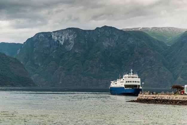Aurlandsfjord 피요르드의 부두 근처에서 배를 타십시오. 그것은 주요 sognefjorden의 한 지점 인 노르웨이 sogn og fjordane 카운티의 피요르드입니다. 길이 29km