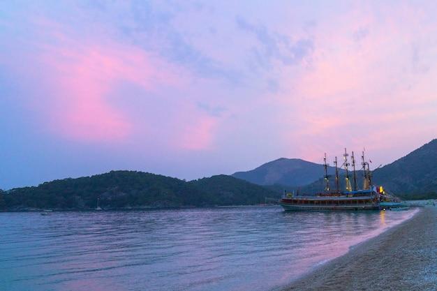 Корабль на берегу моря в сумерках