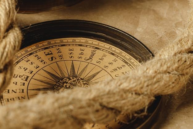 Корабль веревку и компас на деревянном фоне