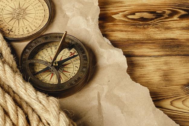 ロープと木製のテーブルにコンパスを出荷、クローズアップ
