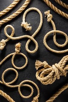 黒の背景テクスチャでロープを出荷します。