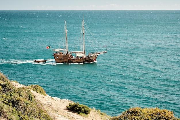 포르투갈의 푸른 바다에서 항해하는 배