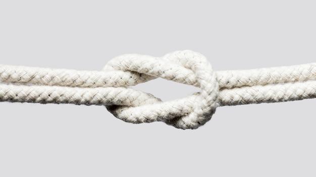 白いロープの結び目を白い背景で隔離の船します。