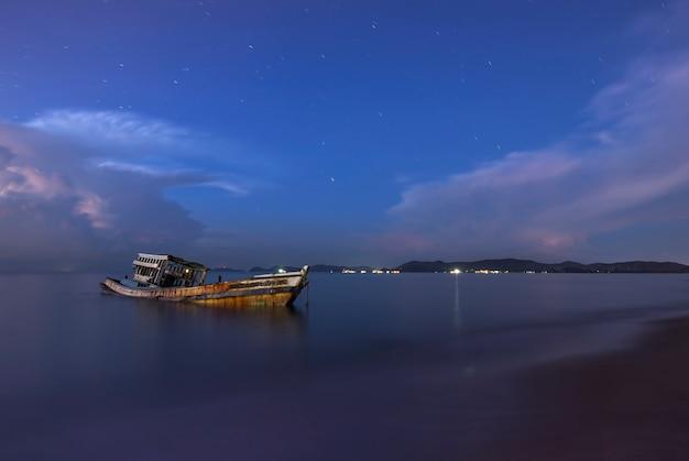 Судно крушение рыболовное судно на пляже