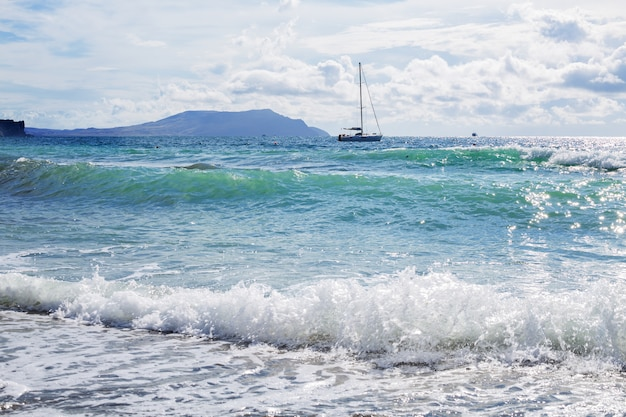 Корабль яхт с белыми парусами в море. роскошные лодки. лодка-конкурент парусной регаты.