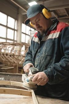 造船所。大工仕事。ワーカー。