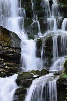 滝shipot shipit  -  transcarpathiaの最も美しくそして最も流れるような滝