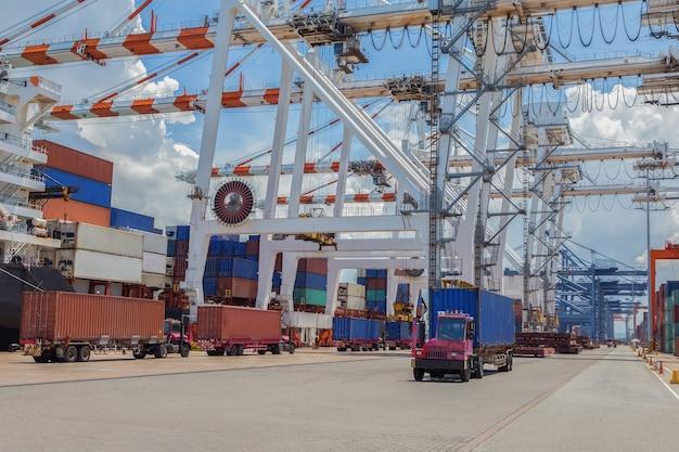 港で貨物を輸送する。
