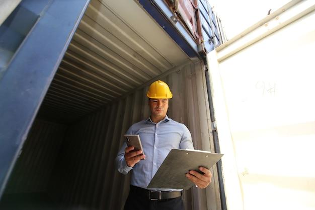 Загрузка морских контейнеров на склад логистического порта для экспортно-импортных операций.