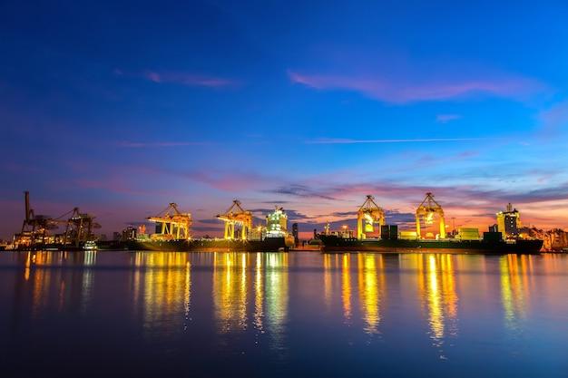 朝日が昇る船積み港。