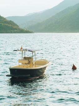 モンテネグロのコトル湾の船とボート。