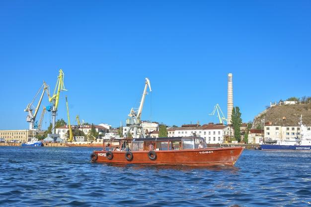 흑해 세바스토폴 항구의 부두에 있는 선박과 유람선. 세바스토폴 항구의 선박