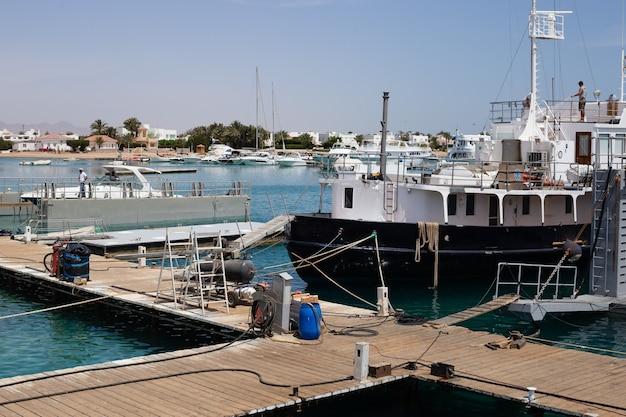 Корабли и яхты в порту