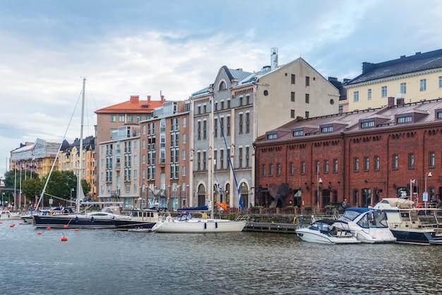 핀란드 헬싱키 북부 항구 항구에 정박해 있는 선박과 요트