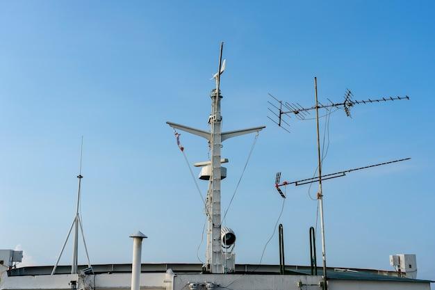 Корабельная антенна и навигационная система на пароме с солнечным светом и голубым небом на заднем плане, таиланд, крупным планом