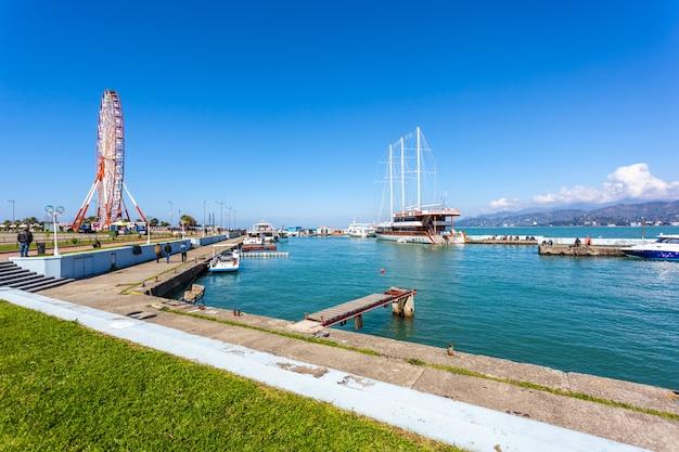 Batumi의 작은 항구에서 배송됩니다.