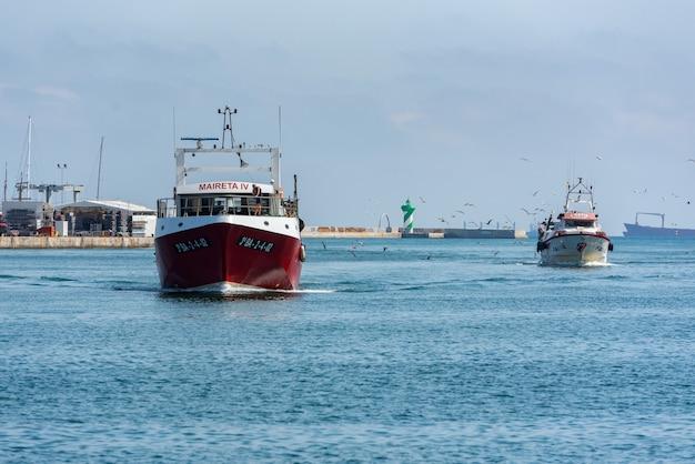 Корабли в порту барселоны