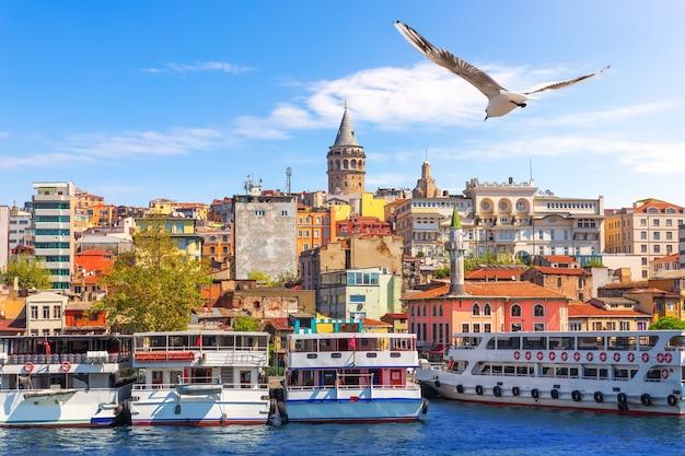Корабли возле пирса каракёй в стамбуле, турция.