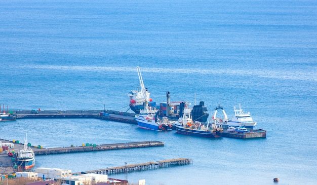 캄차카 항구의 부두 근처 선박.