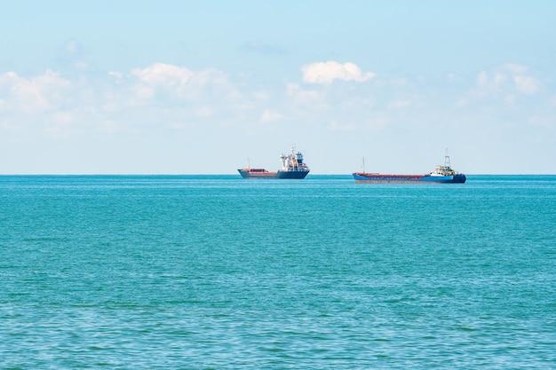 조지아 주 흑해의 수평선에 선박