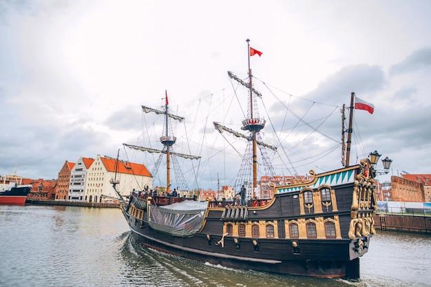 Корабли на набережной реки мотлава