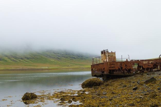 アイスランド東部のmjoifjordurフィヨルドからの難破船。アイスランドのパノラマ