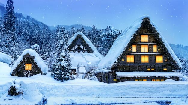 Деревня сиракава-го зимой, япония.