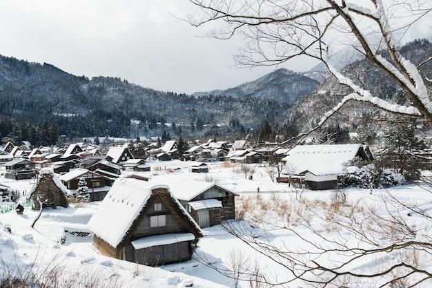 Деревни сиракава-го в день снегопада. включен в список всемирного наследия юнеско