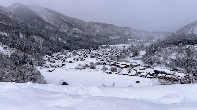 Деревня сиракаваго зимой, япония.