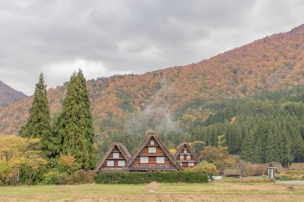 Деревня в осеннем сезоне, япония мирового наследия ширакаваго.