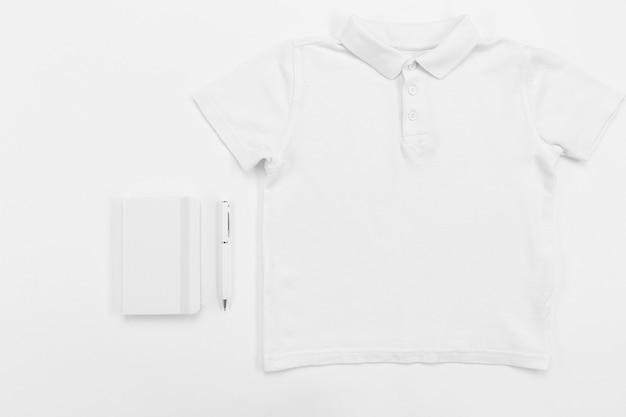シャツとノートブックの配置上面図