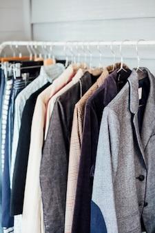 シャツとスーツの洗濯物をぶら下げ