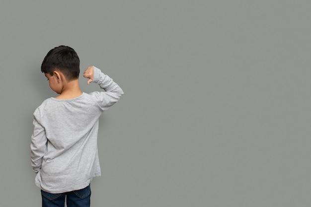 셔츠 디자인과 사람 개념 - 일반 티셔츠 앞과 뒤가 격리된 어린 소년을 클로즈업합니다. 디자인 인쇄용 모의 템플릿