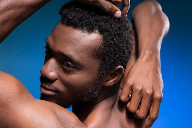 Uomo afroamericano a torso nudo