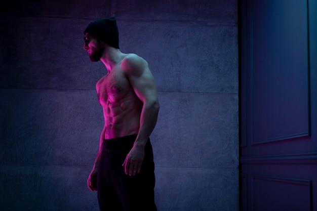 Спортивная (ый) мужчина без рубашки, уверенно позирует