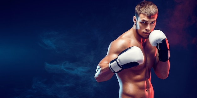 어두운 배경에 장갑 벗은 권투 선수. 분리