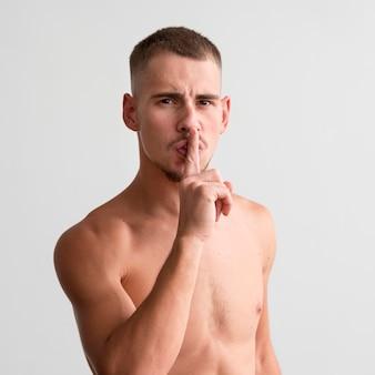 Uomo a torso nudo che ti dice di stare zitto