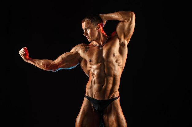 筋肉質のトップレスボディを持つ上半身裸の男。