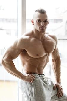 Uomo sportivo senza camicia con corpo e muscoli in forma