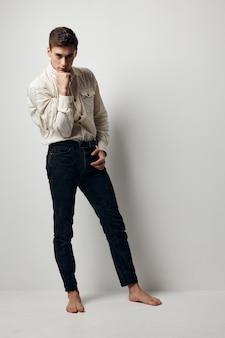 シャツ黒パンツ自信のエレガントなスタイルの服ファッショナブルな髪型