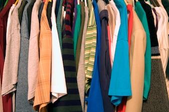 店内のハンガーのシャツ