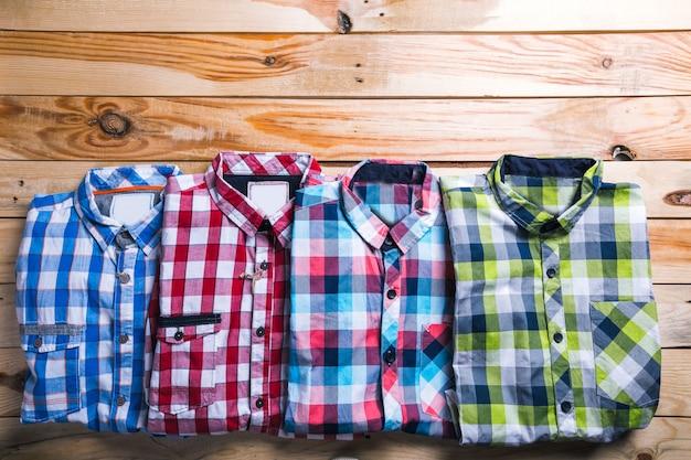 木製テーブルトップビューと計画で格子縞のシャツ