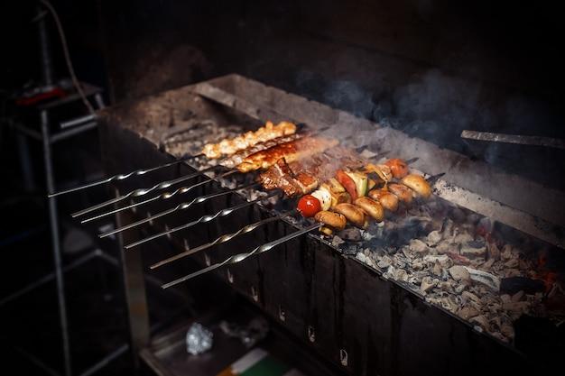 肉、きのこ、野菜のシシカバブをグリルで炒めます