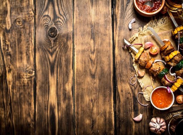 肉と野菜のシシカバブとソース。