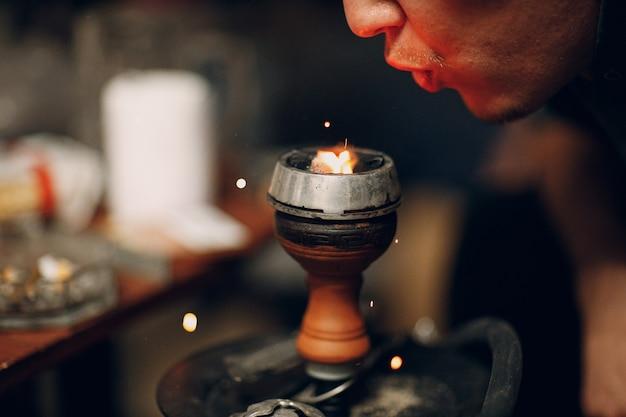 Кальян кальян горячий уголь и табак для курения и отдыха.
